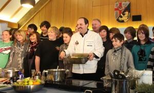 Auf Initiative der IHK Koblenz brachte Johann Lafer in der Berufsbildenden Schule Cochem über 200 Schülern aus dem Kreis den Kochberuf näher